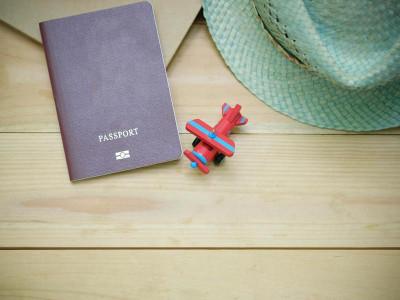 desk-hat-indoors-346798